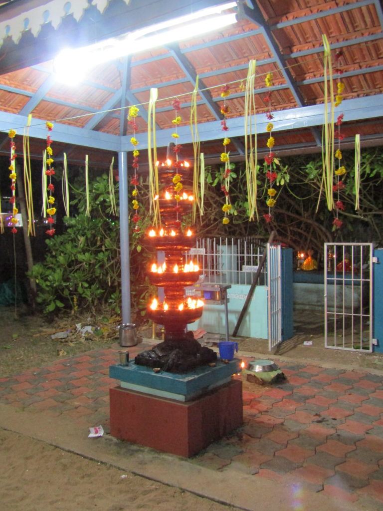 Photo lampe à l'huile dans un temple en Inde